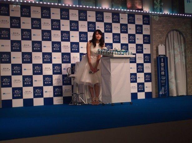 スキンケアブランド・コーセー「雪肌精」の30周年記念会見に、真っ白なドレスで登場した新垣結衣