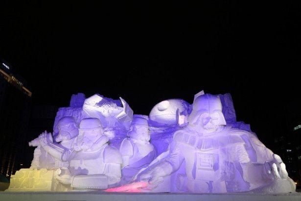 映画「スター・ウォーズ」の雪像は「第66回さっぽろ雪まつり」で見られる。高さは15m!