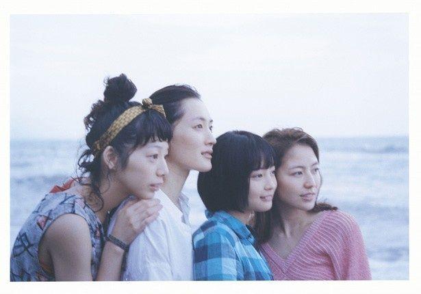 左から三女・千佳役の夏帆、長女・幸役の綾瀬はるか、四女・すず役の広瀬すず、次女・佳乃役の長澤まさみ