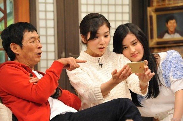 2月15日(日)放送の「さんまのまんま」(フジ系)に橋本愛(右)と松岡茉優(中央)がゲスト出演する
