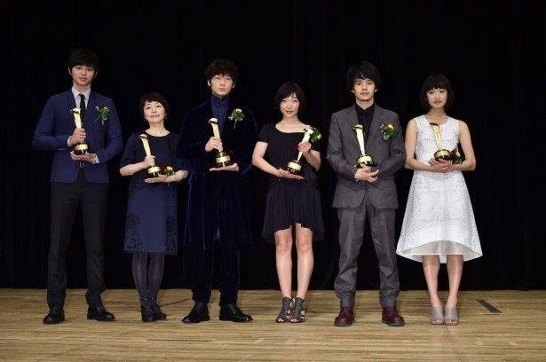 キャスト部門受賞者一同。左から東出昌大、小林聡美、綾野剛、安藤サクラ、池松壮亮、門脇麦