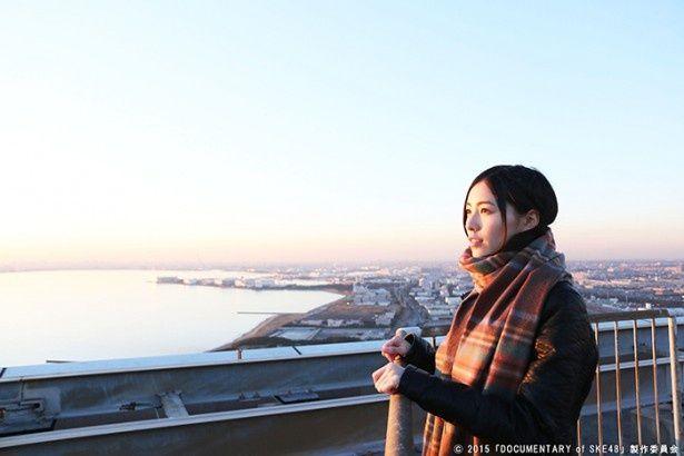 松井珠理奈が遠くを見つめる映画のワンシーン