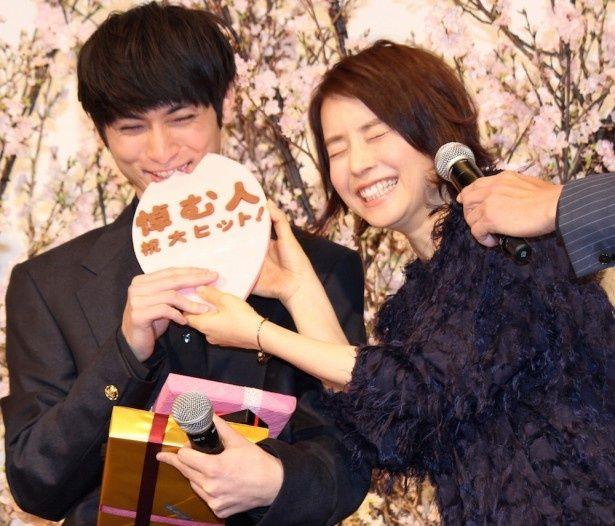 高良健吾、石田ゆり子からチョコをがぶり!