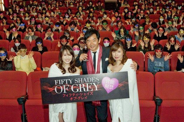 白いシーツに身を包んだ女性2人とフォトセッションをする石田純一