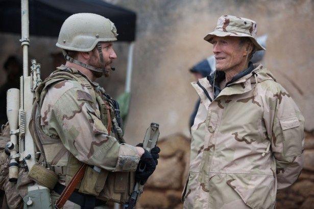 【写真を見る】撮影中のクリント・イーストウッド監督と主演のブラッドリー・クーパー