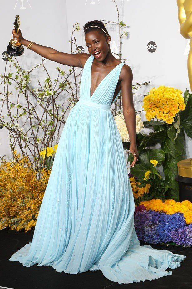 昨年、助演女優賞を受賞した際のルピタ・ニョンゴ。ブルーのドレスが似合う!