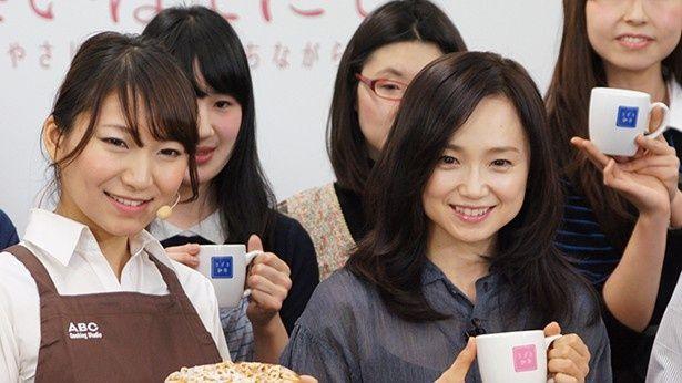 2月28日(土)公開の映画「さいはてにて やさしい香りと待ちながら」のイベントに出席した永作博美(写真前列右)。前列左はABCクッキングスタジオ講師・清水万智氏