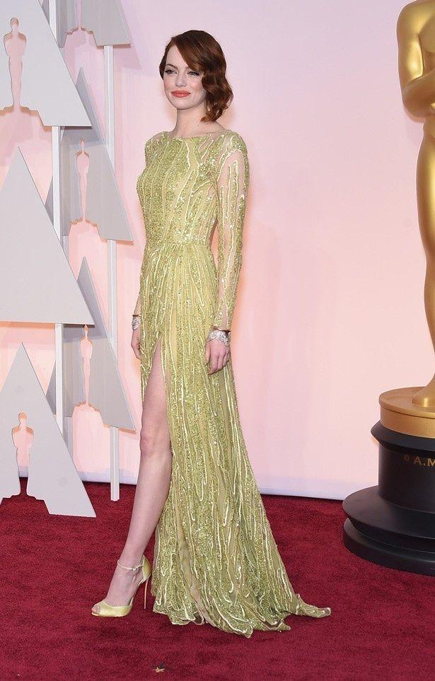 エマ・ストーンのスパンコールが輝くエリー・サーブのロングスリーブドレス