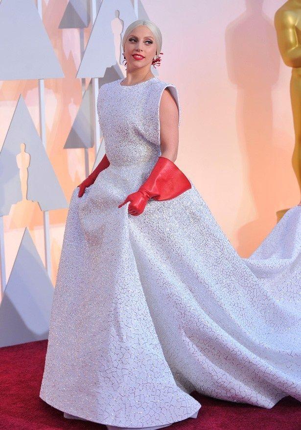 ワーストドレッサー1位はレディー・ガガのアズディン・アライアのドレスと赤いロンググローブ