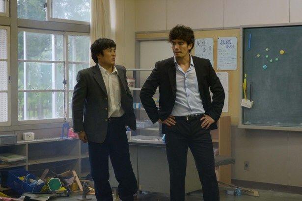 「キス我慢選手権 THE MOVIE2」のワンシーン。伊藤英明がまさかの参戦!