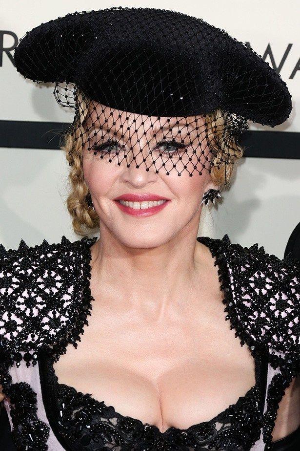 先日のブリット・アワード授賞式でのパフォーマンス中、セットから転がり落ちたマドンナ