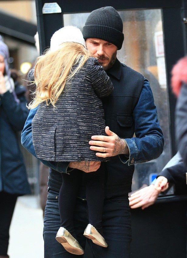 【写真を見る】父デビッドに抱っこされる娘ハーパー