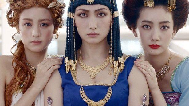 世界三大美女に扮(ふん)した山本美月、香椎由宇、波瑠(写真左から)
