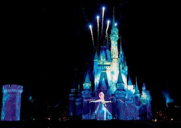 名曲「Let It Go」にのせて、魔法が放たれるたびに美しく変化していく城とエルサの表情に注目!