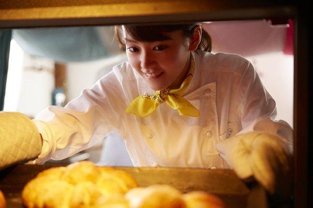 桐谷演じるキイラは世界一のパン職人を目指す、明るく元気な女の子