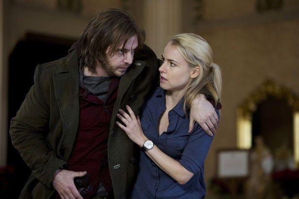 コール(アーロン・スタンフォード)とライリー博士(アマンダ・シュル)が協力して謎に挑む
