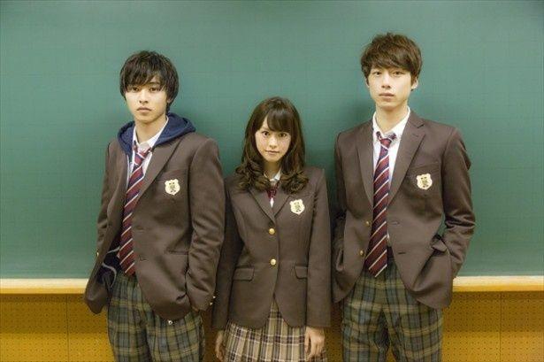 ブレザーにパーカーという個性的なスタイルが光る、山崎賢人(写真左)演じる利太の制服姿