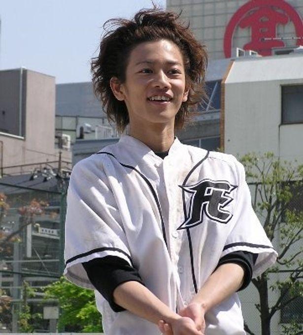佐藤健がホームランを打ち、満面の笑み!