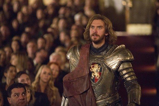 中世の騎士ランスロット(ダン・スティーヴンス)の視線の先にいるのは誰?