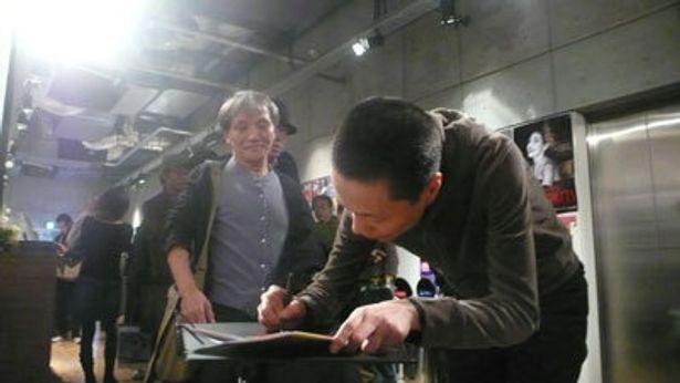 観客からサイン攻めにあうフォン・イェン監督。パンフレットも相当売れた模様!