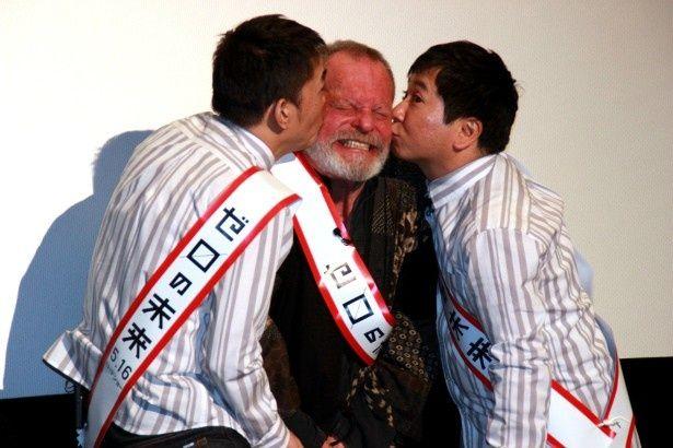 爆笑問題がテリー・ギリアム監督に熱いキス!
