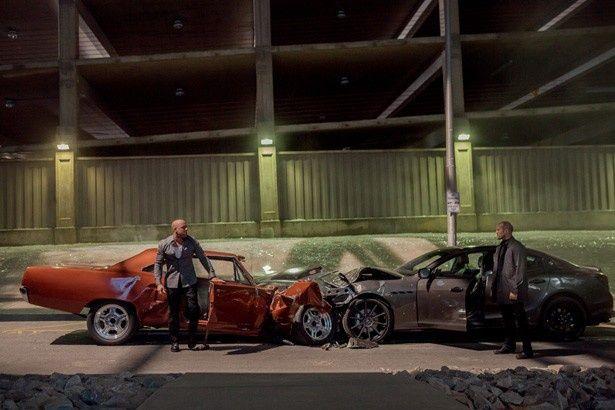 ドミニクと最強の敵デッカード・ショウがお互いの車をクラッシュさせ対峙している!