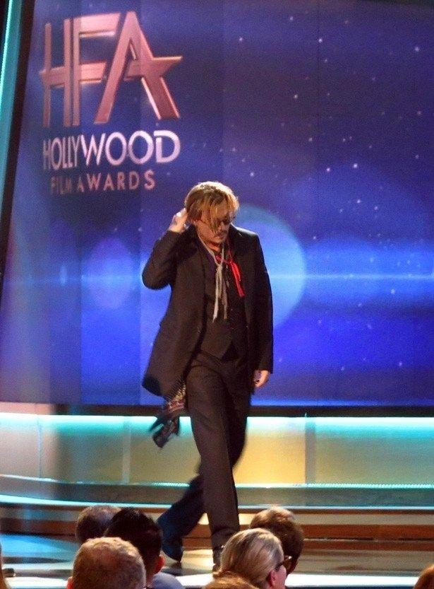 ジョニーはハリウッド・フィルム・アワードの受賞式でろれつが回らないほどの泥酔状態で登壇していた