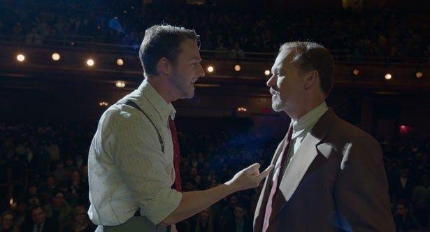 舞台上での芝居は、マイクのアドリブも飛び出す!