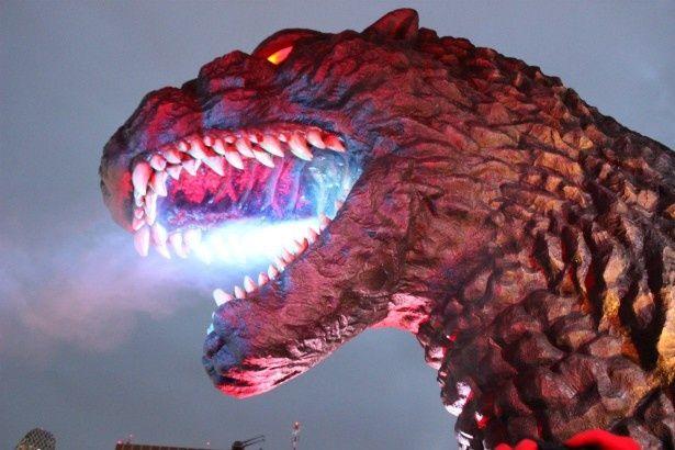 新宿でゴジラヘッドが火を噴く!