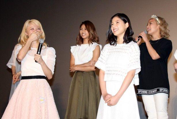 後輩からの告発に思わず赤面するE-girls・Ami(写真左)