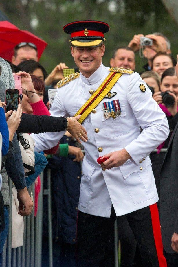 キャンベラで数百人の群衆に迎えられたヘンリー王子
