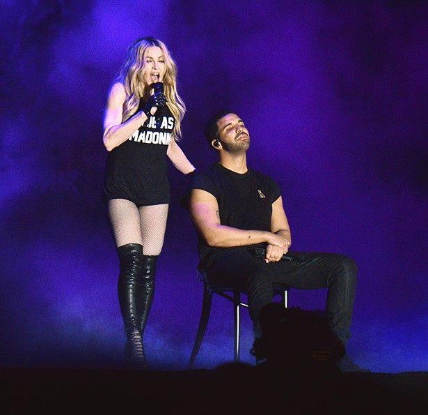 最初、ドレイクはマドンナが歌う様子を椅子に座って聞いていた