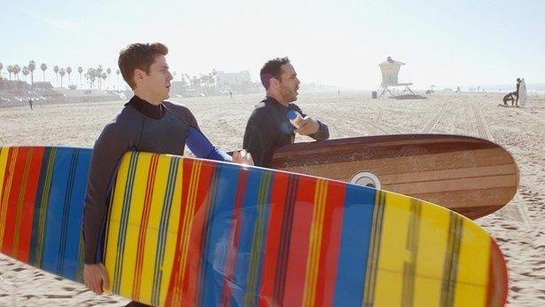 「グレイスランド」でサーフィンを楽しみながら暮らすクールな潜入捜査官たち