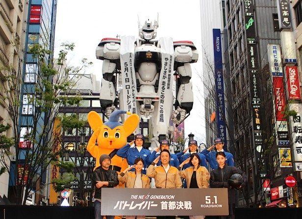 実物大イングラムが新宿に登場!押井監督も「気分は最高!」とにっこり