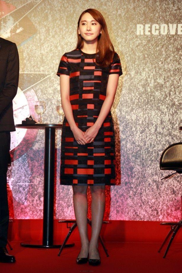 【写真を見る】新垣結衣は、カラフルなワンピースで登壇