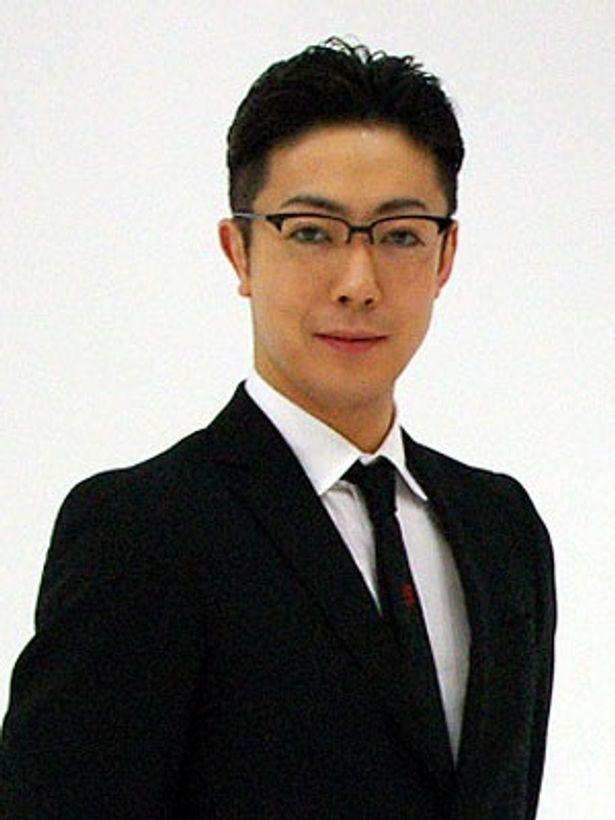 尾上菊之助が扮するのは、ブラックスーツに黒縁眼鏡というファッショナブルな探偵507