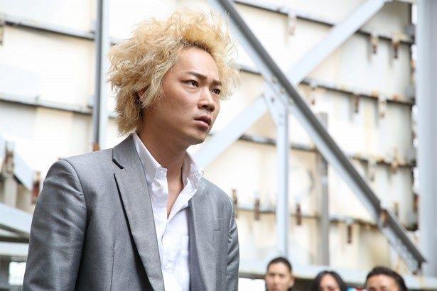 主演の綾野剛は、金髪&天パー姿で龍彦を演じる