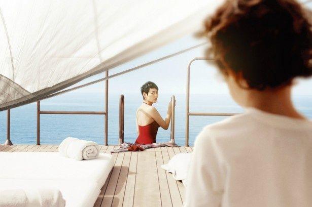 【写真を見る】菊地凛子演じる母・ナオミが、船上で水着姿を披露