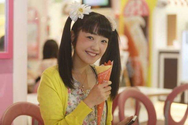 椎名ももが演じるのは確かにちょっと痛いビジュアルの女子高生の麻美
