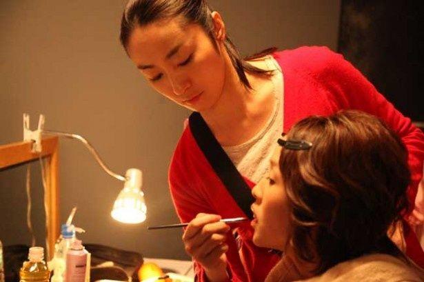 恭子は5人の女優たちのメイクを担当することに