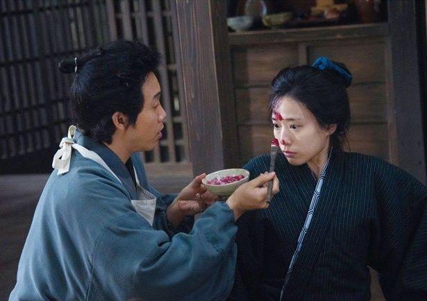 大泉演じる信次郎が、ワケあり女たちの人生の再出発をお手伝いする