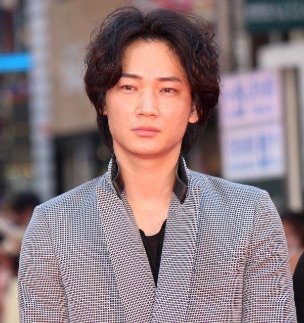 歌舞伎町に敷かれたレッドカーペットに登場した綾野剛