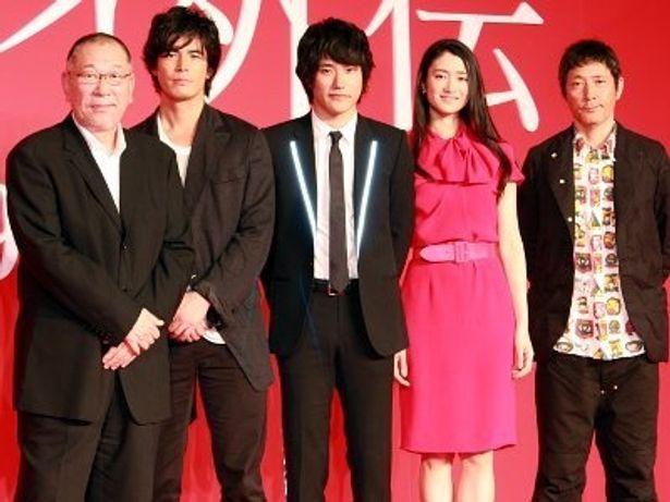 左から:崔洋一監督、伊藤英明、松山ケンイチ、小雪、小林薫