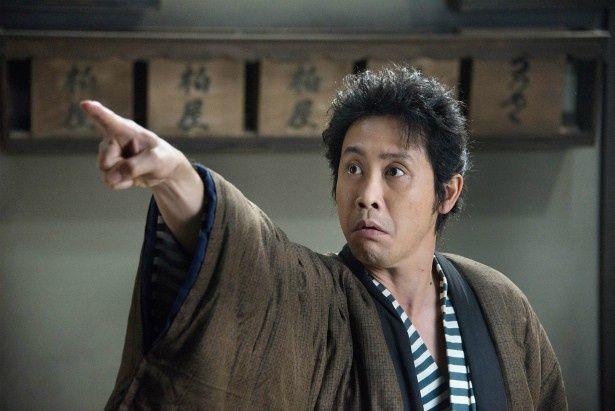 大泉洋は、御用宿の柏屋に居候する医者見習い兼駆出しの戯作者・信次郎役