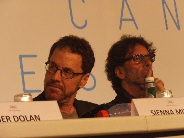 審査員長を務めるジョエル・コーエン(右)とイーサン・コーエン(左)