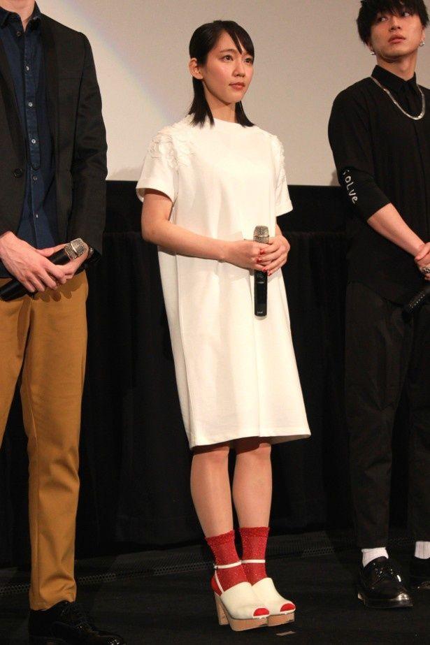【写真を見る】福田雄一監督から「貞子みたい」と突っ込まれた吉岡里帆のワンピース