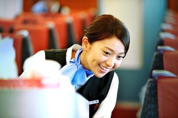 大島は、特急ロマンスカーの売上トップの車内販売員・北條鉢子を演じる