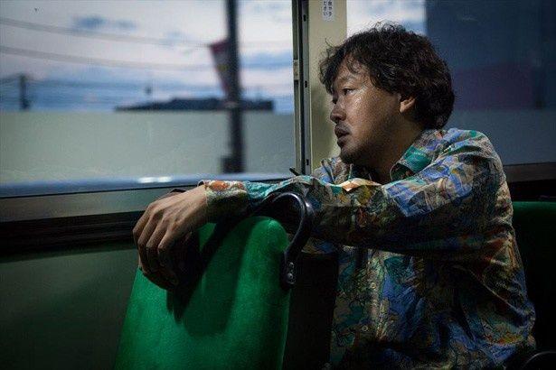 盗撮事件により教師の職を失った権藤(川瀬陽太)は、貫一のかつての恩師