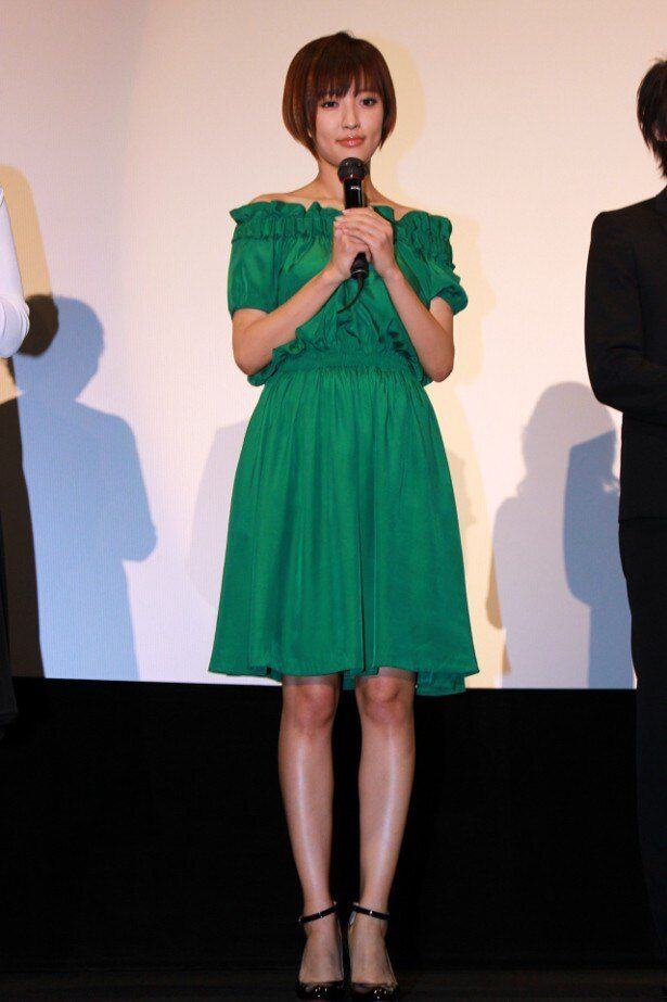 【写真を見る】夏菜は爽やかなグリーンのワンピースで美脚を披露