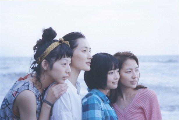 4姉妹が見せる瑞々しい自然体の演技は是枝映画ならではの魅力だ